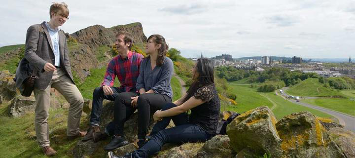 学生们 on Arthur's Seat overlooking the city